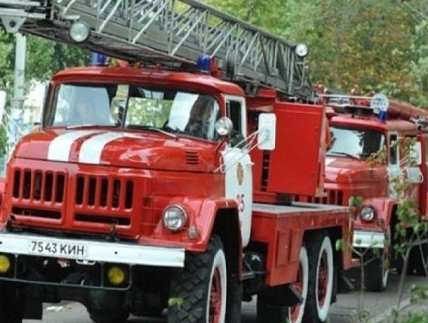 Сразу две машины тушили пожар в Шахтах