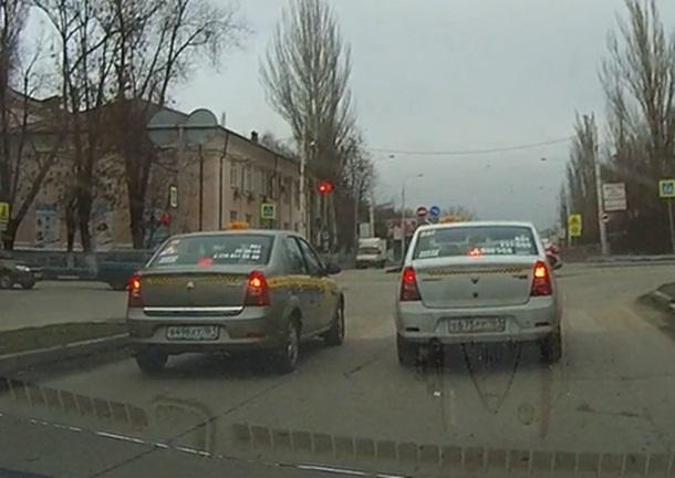 Уличная гонка двух шахтинских таксистов попала на видео