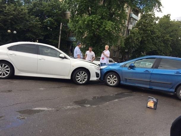 Авария на перекрестке в центре города Шахты собрала пробку
