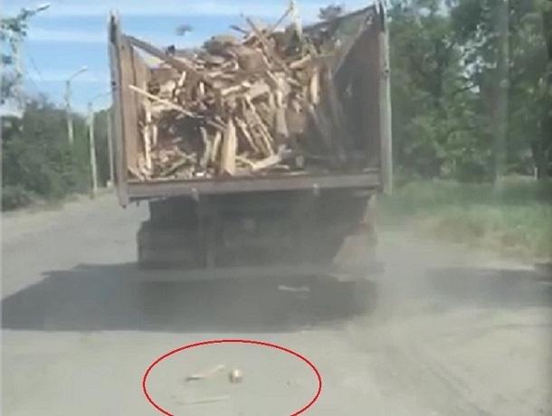 Уворачиваться от летящего из кузова грузовика мусора пришлось легковушкам в Шахтах