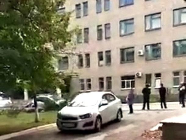Пациентов и врачей поликлиники на ХБК эвакуировали из-за неопознанного предмета