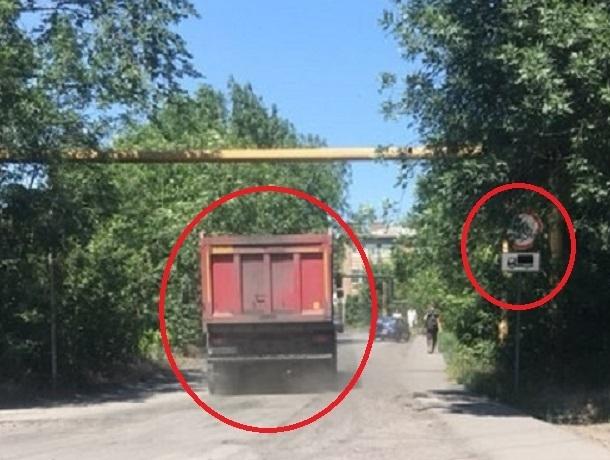 «Весь день едут грузовики под запрещающий знак» - возмущены жители Шахт