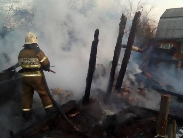 В переулке Снежном в Шахтах сгорел дом