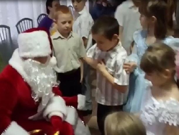 Дети из детского дома в ДНР получили от жителей Шахт подарки и сладости