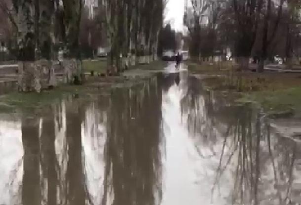 «Это Россия, детка», - шахтинский пятиклассник об огромной луже, отрезавшей дорогу к школе