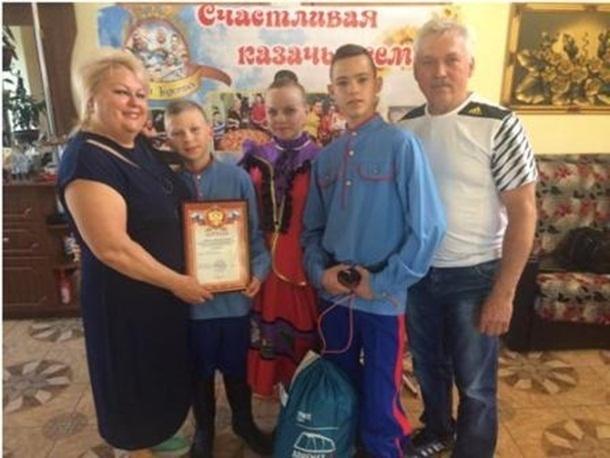Шахтинская семья с тремя приемными детьми победила в областном конкурсе