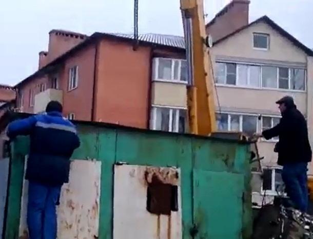 С помощью подъёмного крана шахтинские зоозащитники вызволили из-под гаража щенков