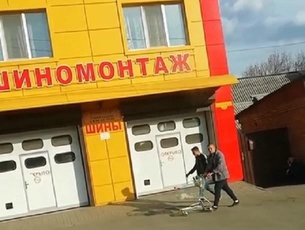 Прогуляться с тележкой для покупок по Шахтам решили двое парней