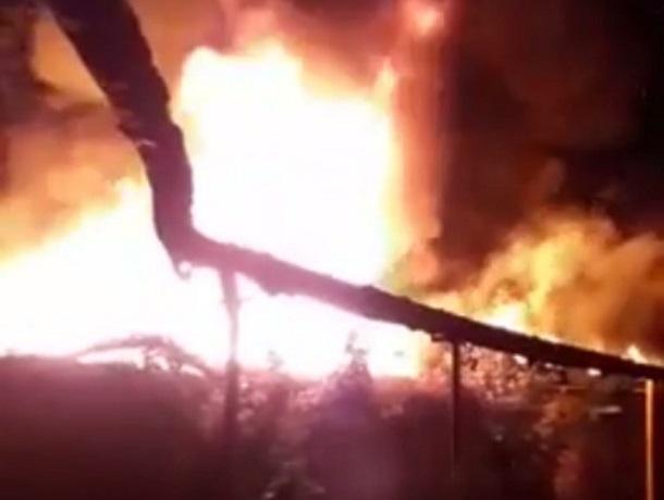 Около 100 квадратных метров построек сгорело в Шахтах