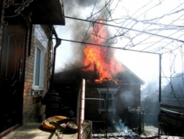 На улице Шапкина в Шахтах сгорела крыша дома и сарай