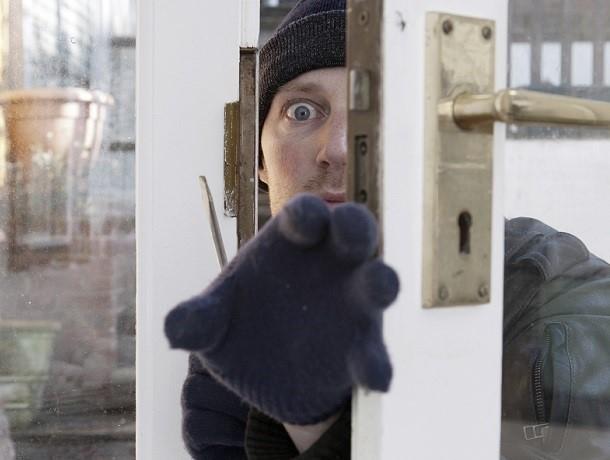Кошелек с 20 тысячами рублей украл влезший в окно в Шахтах 20-летний мужчина