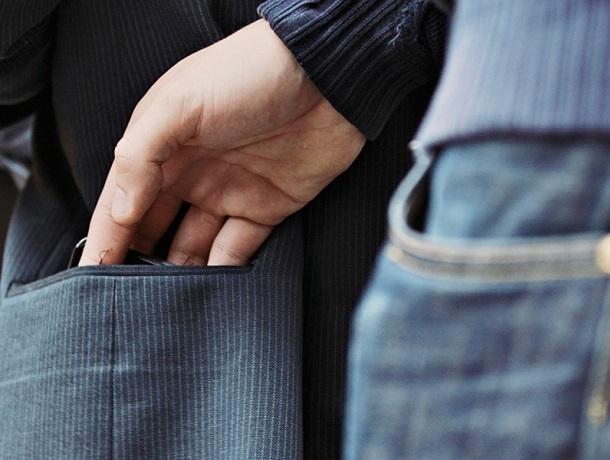 Залез в чужой карман 47-летний житель Шахт