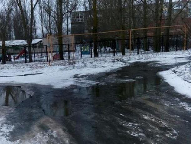 Дорогу к детскому саду в Шахтах заливает поток канализации