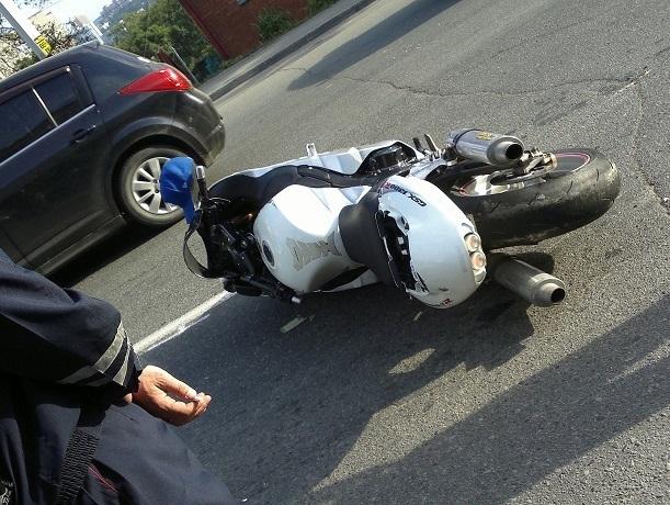 В центре города мотоциклист попал под колеса ВАЗа