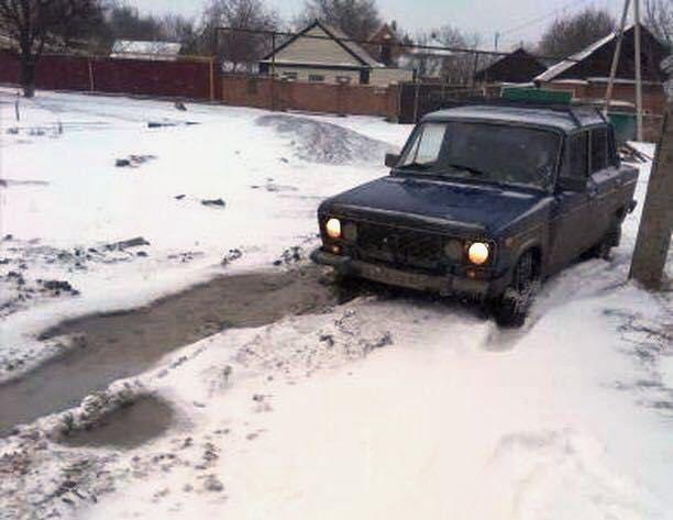 Десятой дорогой объезжают переулок Курчатова в Шахтах местные жители