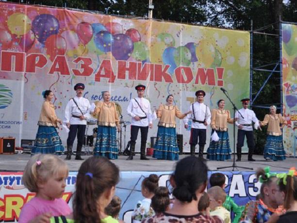 Большой праздничный концерт прошел в Александровском парке в Шахтах