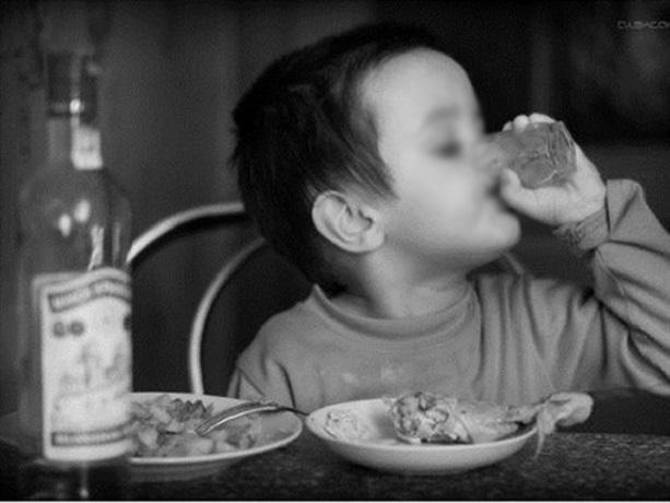 Шестилетний малыш в Шахтах отравился водкой, поддавшись на уговоры старших детей