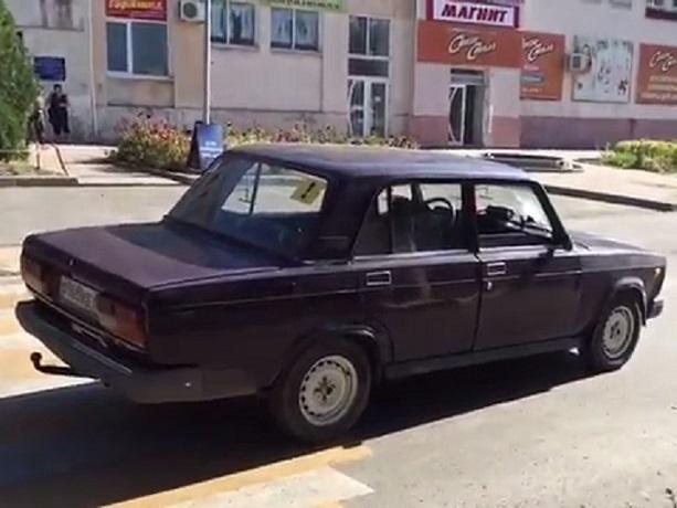 По дороге на работу в Шахтах попала под колеса автомобиля 29-летняя девушка