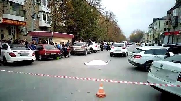 Кадры смертельного наезда иномарки на женщину с ребенком в Шахтах попали на видео