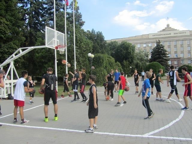 В День физкультурника площадь Ленина стала баскетбольной площадкой