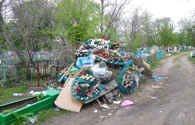 В Шахтах снова взялись за уборку кладбищ