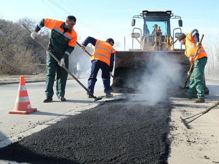 После негативных комментариев в соцсетях администрация города решила отремонтировать дорогу