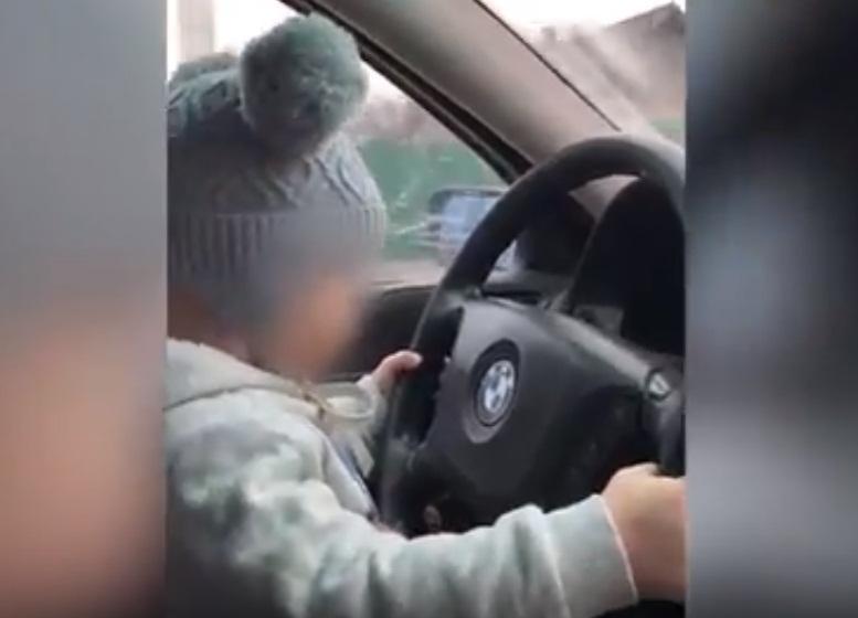 Двухлетний ребёнок рассекает за рулём БМВ по Шахтам