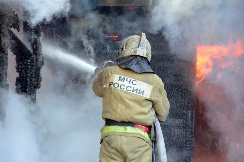 В Шахтах пожарные почти два часа не могли потушить пылающее двухэтажное здание