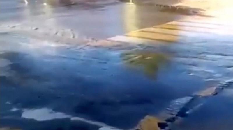 Порыв воды в центре города затопил всю округу