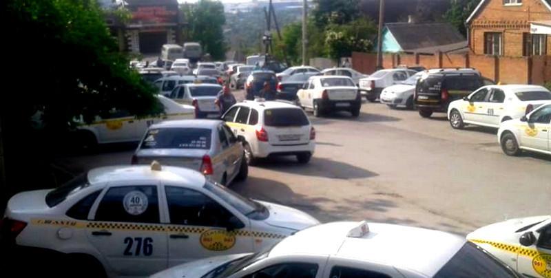 В Шахтах бастуют водители такси