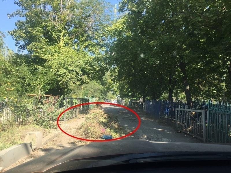 Шахтинское центральное кладбище утопает в мусоре