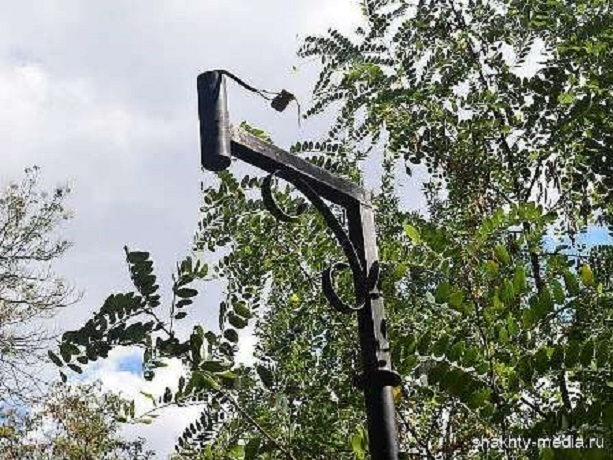 Вандалы разбили фонарь и снесли указатель в парке в Шахтах