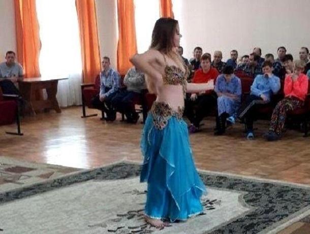 Юные танцовщицы и гимнастки выступили в Шахтинском психоневрологическом интернате