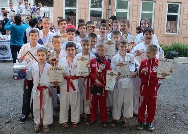 18 медалей привез с соревнований по рукопашному бою шахтинский клуб «Боец»
