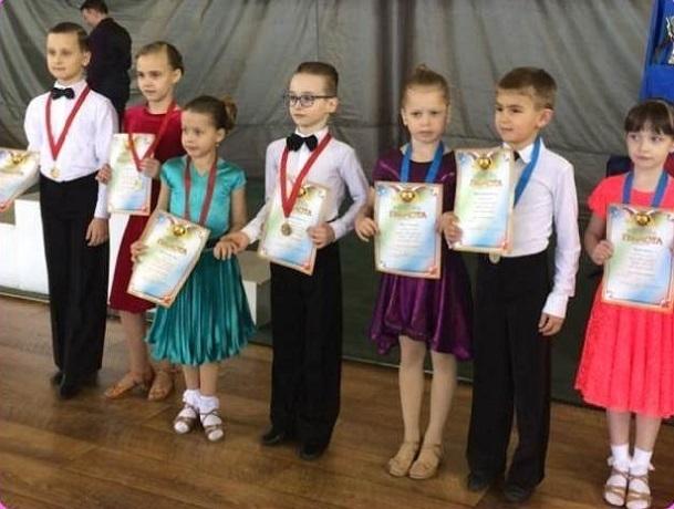 Победителями всероссийского турнира по спортивным танцам стали воспитанники «Па+Па» из Шахт