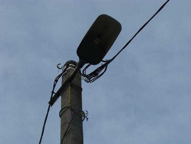 К началу лета власти обещали  починить светильник и закрыть подвал на улице Текстильная в Шахтах