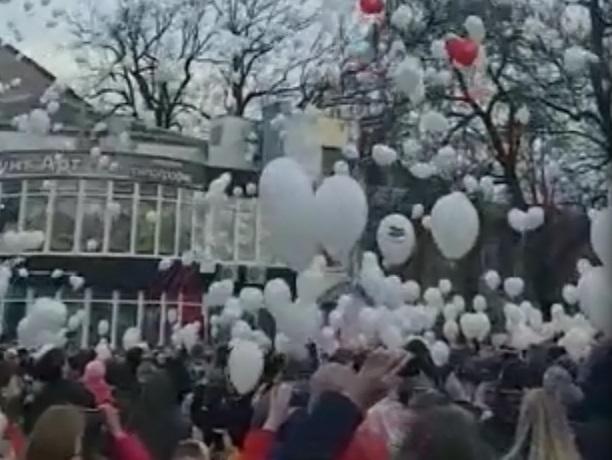 Тысячи белых шаров памяти запустили шахтинцы над Александровским парком