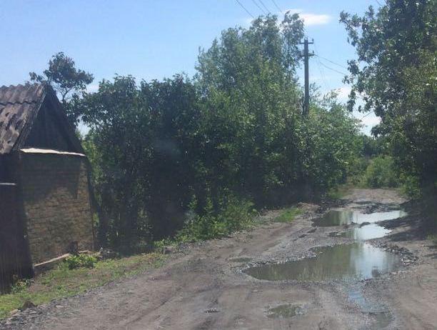 Несколько лет заливает дорогу потоп воды в посёлке Даниловка в Шахтах