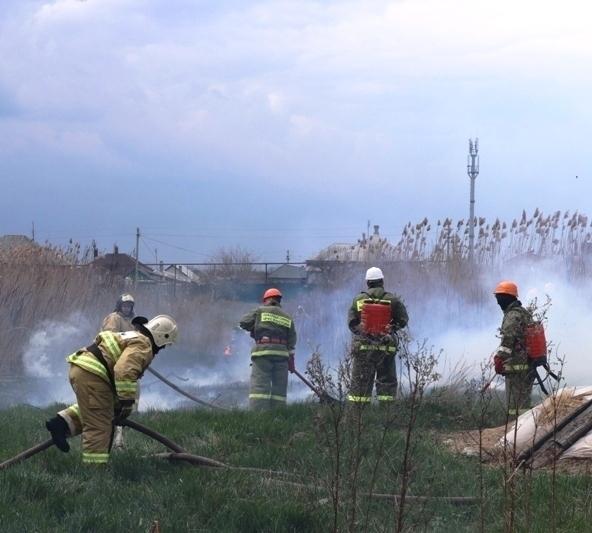 В поселке Красина в Шахтах потушили более 100 кв. метров степного пожара