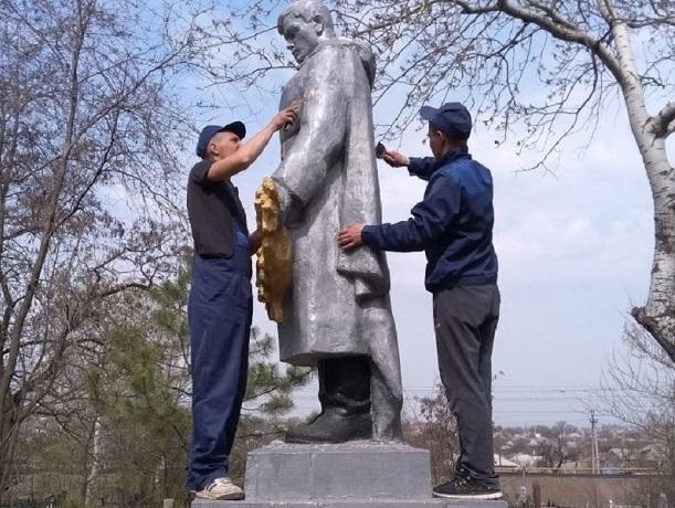 Братскую могилу привели в порядок шахтинские студенты