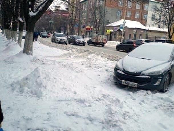 Места для парковок и дороги в Шахтах завалены сугробами
