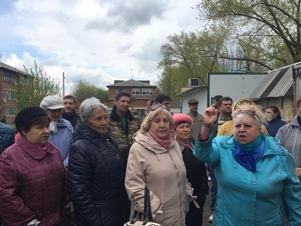 Около сотни жителей поселка Машзавод вышили отстаивать футбольное поле в Шахтах