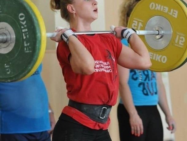 Шесть рекордов России установила в тяжёлой атлетике 48-летняя Анжелика Ситникова из Шахт
