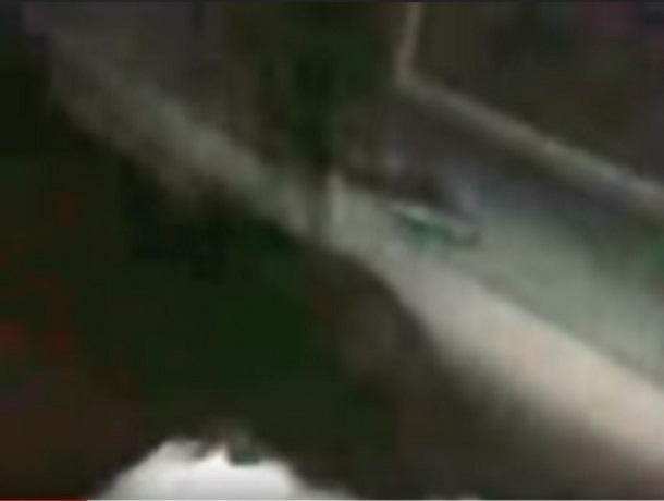 Шахтинец чуть не утопил машину в яме, вырытой коммунальщиками прямо на улице