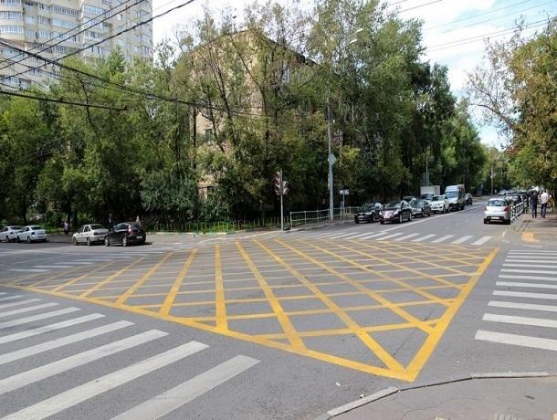 Шахтинских водителей начнут штрафовать за остановку на «вафле»