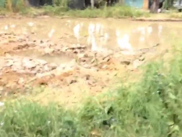 На улице Искра в Шахтах порыв зарыли, но вода продолжает течь